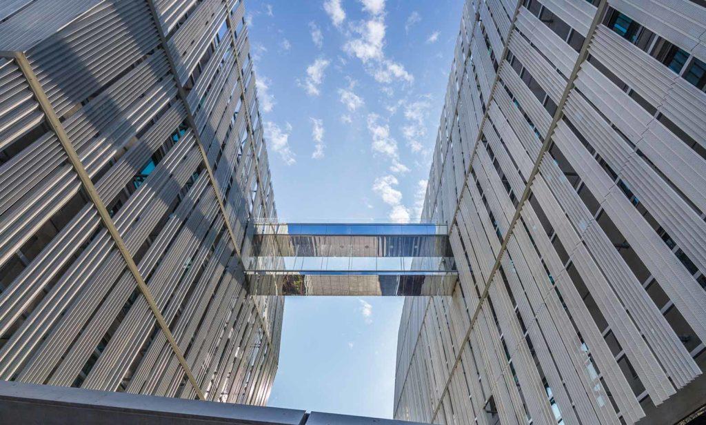 Passerelle entre les 2 bâtiments du programme Quatuor à Angers