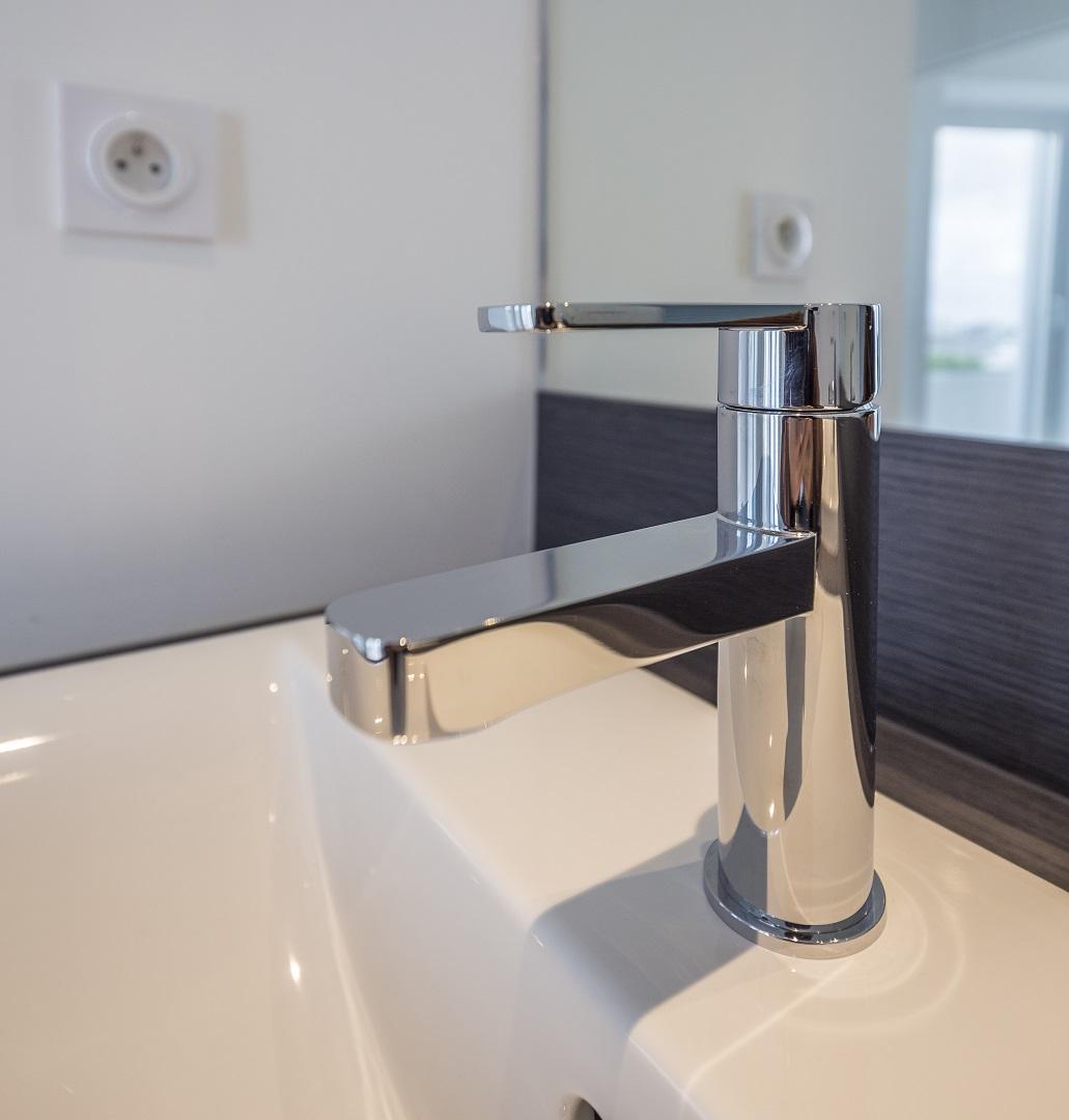 Equipements sanitaires : comment conserver leur aspect neuf.