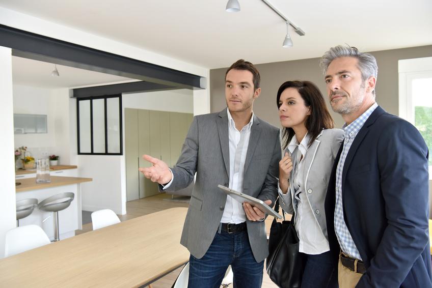 Couple recevant un agent immobilier