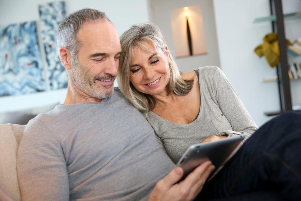 Couple réalisant une estimation en ligne